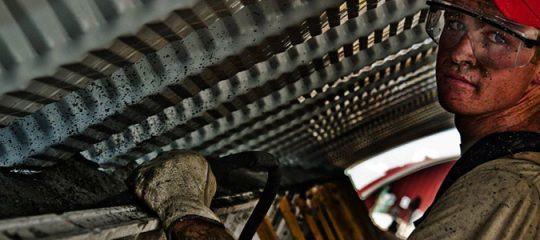 Ouvrier nettoyant une toiture en vue de travaux d'isolation